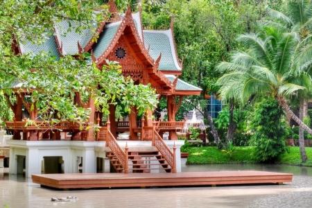 """获""""花园大学""""一等奖,并由泰国诗立吉皇后亲自颁发"""